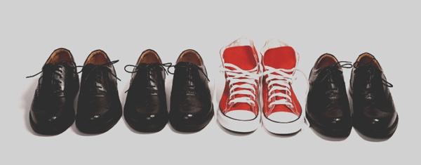 liderazgo representado con un par de zapatos dispares al resto
